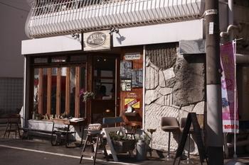 代々木八幡駅から徒歩約6分の場所にある「アームズ(ARMS)」。代々木公園のすぐそばで、ワンちゃん連れも多く訪れるお店です。