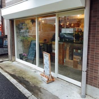 お散歩あとに立ち寄ってほしいのがここ、「Cafe and Bake douceur」 。京王線分倍河原駅から旧甲州街道を立川方面に進んだところにあるオシャレなカフェです。