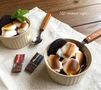 マシュマロはホットドリンクで活躍してくれますが、もちろんスイーツにもおすすめ。こちらは、チョコレートなどの甘~い素材で作るグラタンです♪市販のクッキーサンドとチョコレートを溶かした生クリームを型に入れて、マシュマロを乗せて焼けば完成。焼き時間が2分と短いので、食べたいときにすぐに作れますよ!