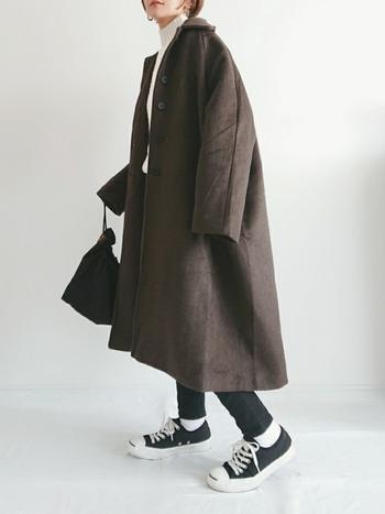 羽織ればこなれるブラウンのコートは、この冬いちおしのアイテム。オーバーサイズを選んでモードな雰囲気に。インナーとボトムはすっきりとした細身シルエットにすることで、華奢見せが叶います。