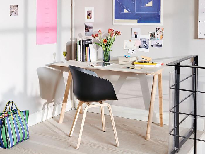 シンプルだけれど機能性と個性を兼ね備えた、美しい左右非対称のデザインを持つ木製のデスク。家庭用のインテリアデザインだけでなく、レストランや教育施設などのプロジェクトも手掛けている「HAY」だからこそのデザインです。