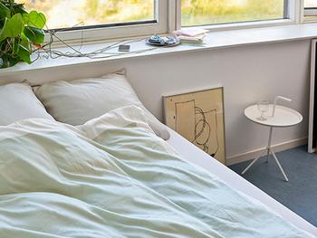 コンパクトなラウンドタイプのサイドテーブルは、上に飛び出した取っ手を使って、いろんな部屋へと持ち運びができるようデザインされています。