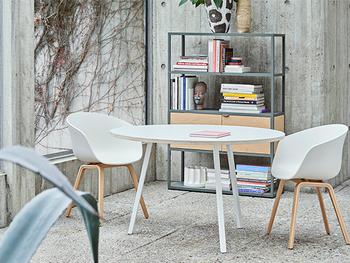 Rolf Hay(ロルフ・ヘイ)によって2003年にデビューしたデンマーク発のインテリアプロダクトブランド「HAY」。50~60年代のデンマーク家具のモダンさを大切にしつつ、現代の生活に合う新しさを取り入れています。