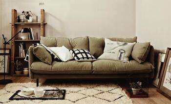 ふっくらと座り心地のよい、3人掛けのソファ。ナチュラルな雰囲気のお部屋にもよく馴染む、ラフで柔らかなシルエット。