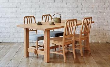 ぽってりと太めのフレームで作られたダイニングテーブル・ジャルビは、スローハウスの代表的デザイン。無垢のオーク材は使い込むほどに、味わいを増していきます。