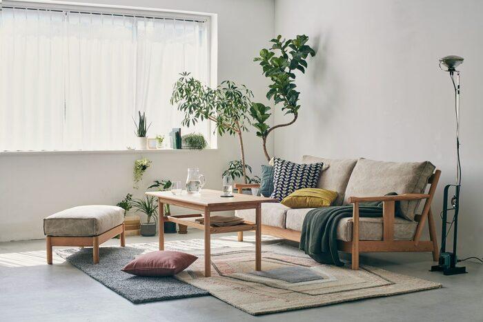 心地よい暮らしのためのインテリアがそろうライフスタイルショップ「SLOW HOUSE」では、ヨーロッパのヴィンテージ家具や世界中からセレクトされた雑貨だけでなく、国内外のメーカーと共同で作ったオリジナルの家具も。北欧の風を感じるナチュラルであたたかみのあるデザインです。