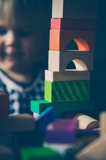 0歳の赤ちゃんから、未就学児、ときには大人まで夢中になって遊べる積み木。とはいっても、生後半年から1歳半くらいまではまだ自分で積み木を積み上げることができないので、親が積み上げてあげて、倒したら「倒しちゃったね〜」と声をかけましょう。倒すことも赤ちゃんにとっては楽しい遊び。遊びの中で赤ちゃんは自分の行動の意味を学んでいきます。 成長して自分でやりたがる時期になったら、静かに見守りましょう。危険な行為をしない限り親は口出しせず、できたらよく褒めてあげること。そうすることでお子さんのやる気や達成感がかきたてられます。