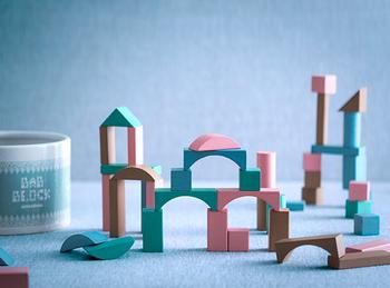 ピンク、グリーン、ブルー、ブラウンの4色の積み木がたっぷり50個入っているので、組み合わせて大作のお城づくりにも挑戦できます。子どもたちの成長にあわせて長く遊ぶことができそうですね。