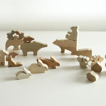 日本の森の動物達を、5種類の国産材を用いて積み木にした無塗装仕上げの木育おもちゃ。ユーモラスな動物たちの姿とナチュラルな木の質感に癒されます。