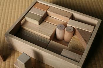 三角形や長方形などそれぞれの形を見極めて、一つ一つ順番に木箱にしまうことで、知育教育にもなりお片付けの基本も学べます。