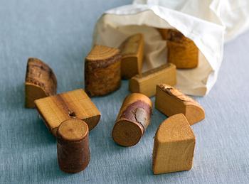 木本来の自然な触り心地、形、香りを生かした素朴な積み木。ニレ、ブナ、白樺、はんの木、柳など盛りだくさんの種類の積み木がセットになっていて、さまざまな木の味わいを楽しむことができます。
