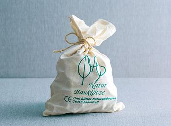そのままプレゼントできる、おしゃれな布袋入り。プラスチック製品を使わない、ナチュラルで環境に配慮した造りは、ドイツならではですね。