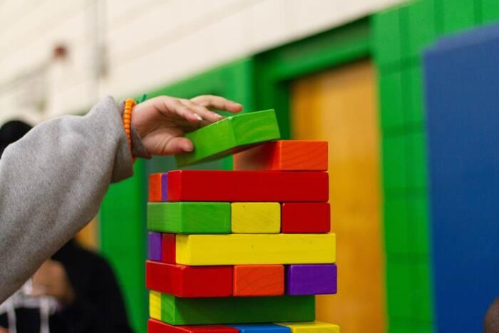 積み木を積み上げるにはバランス感覚が重要で、手先の器用さや集中力も必要になります。高く積み上げることに挑戦し、崩れてもあきらめずに遊ぶことで、粘り強さや折れない心を育みます。