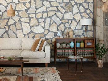 何年も愛着を持って使われてきたかのような深みを持つブックシェルフは、ヴィンテージ家具を元にデザインされたもの。どんなインテリアにもすっと馴染み、温もりある重厚感をプラスしてくれます。