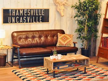 1983年、目黒通りで幕を開けた「ACME Furniture」は、アメリカから買い付けたヴィンテージの家具、そしてそこからインスピレーションを得たオリジナルプロダクトの家具を提案するセレクトショップです。