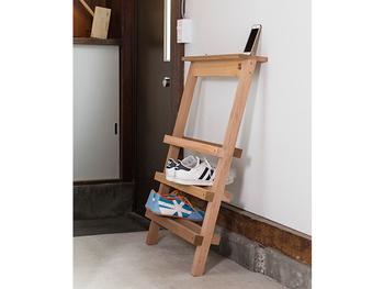 玄関の壁に立て掛けて使用する、ちょっとユニークなシューズ シェルフ。コンパクトなので、玄関の広さを問わず使えるので便利!