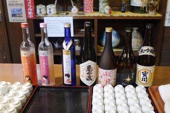 """無料の試飲コーナーに心が踊ります。純米しぼりたて生原酒ほか、代表銘柄の""""宝川""""や蔵元限定の日本酒が楽しめます。ラベルも魅力的な、季節限定酒はぜひお土産に購入したい。"""