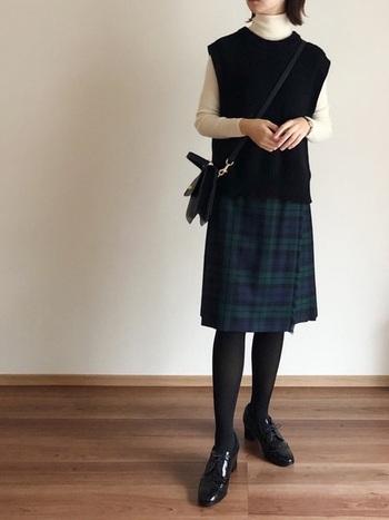 チェックのひざ丈スカートにベスト、そして白のタートルを合わせれば、まるでパリジェンヌのような洗練された着こなしに♪ちょっとしたお呼ばれにもOKな、きちんと感のあるスタイリングです。