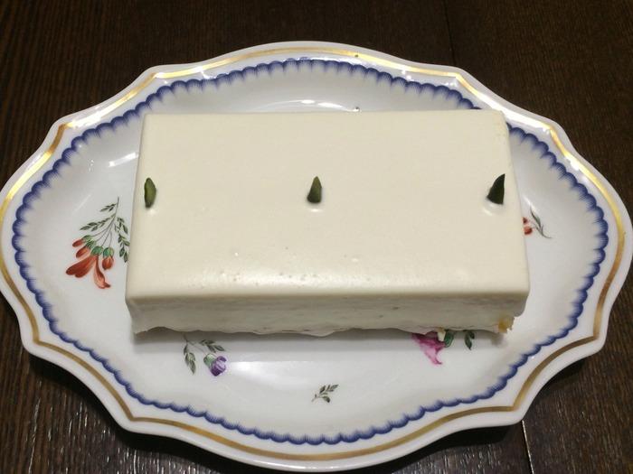 手土産にぴったりなのが、こちらのホールサイズ。真っ白で滑らかなチーズは、見た目にもきれいですよね。 2種類のクリームチーズを贅沢に使って仕上げています。味は一度食べたら忘れられないほどの濃厚さが魅力。1ピースが小さくカットされているのも頷ける、味わいながら少しずついただきたいレアチーズケーキです。