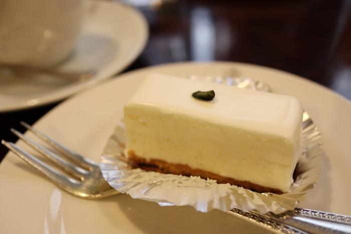 赤坂見附駅から歩いてすぐのところにある、レトロなたたずまいの老舗洋菓子店「西洋菓子 しろたえ」。そのレアチーズケーキはとろりと濃厚な舌触りが人気のお店の代表的存在!