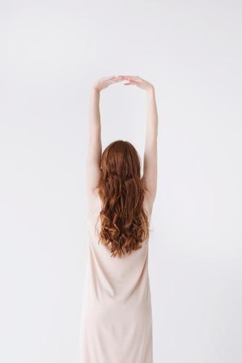 「体幹」とは手足や首を省いた胴体全体のことを言います。腹筋や背筋だけでなく、胸や肩周辺の筋肉もこれに含まれていて、全体がまんべんなく鍛えられることで骨盤や背骨のバランスが整いやすくなると言われています。体幹を鍛えることで、美姿勢も一緒に目指せます。
