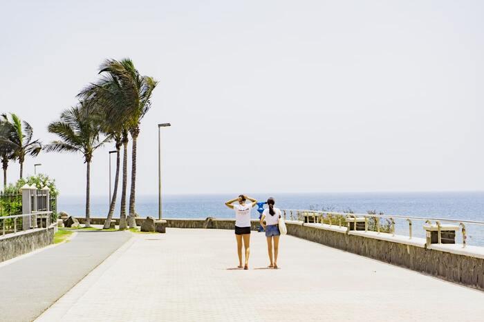 ギャルブームの先駆けとして、LA風のリゾートカジュアルが登場し、〈JJ〉や〈Vivi〉といったお姉さん雑誌が賑わいをみせていた90年代前半は、80年代のバブル期の影響を残し、海外セレブに習ったハイブランドを取り入れた着こなしが人気でした。