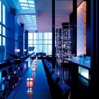"""ホテルのバーラウンジでおすすめなのが、新橋駅や汐留駅からアクセスが良い""""コンラッド東京""""の28階にある「バー&ラウンジ トゥエンティエイト コンラッド東京」です。"""