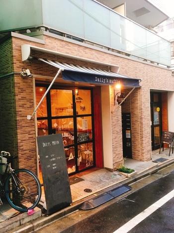 """仙台生まれの「Daily's muffin(デイリーズ マフィン)」の東京店が蔵前にあります。""""下町のブルックリン""""と称されるエリアに相応しい海外のカフェのような雰囲気で、開店と同時に次々とお客さんが訪れます。"""