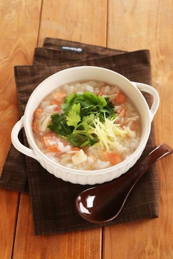 鮭とホタテの中華粥は、ホタテ缶の汁まで有効活用!海の幸の旨味を堪能できる贅沢さが魅力です。