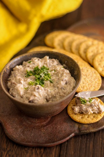 椎茸をはじめとする3種のきのことクリームチーズを組み合わせた濃厚ディップ。きのこをニンニクや白ワインで風味付けしているのが美味しさのポイントです。