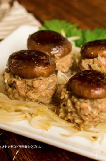 もやしを敷いて、その上に椎茸で蓋をした豚ひき肉のタネを並べていきます。1つのフライパンで椎茸シュウマイと、付け合わせの副菜まで作れてしまう同時調理。
