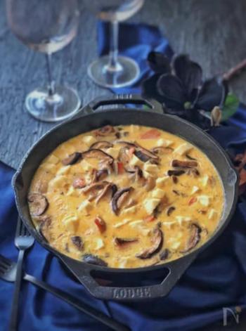 パイ生地なしで作るキッシュなので、作り方はとても簡単!隠し味の昆布茶とコクの元となるクリームチーズを加えて。テーブルの上で熱々をどうぞ。