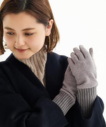 柔らかなウール素材とリブが女性らしい手袋です。親指、人差し指、中指の先端に刺繍が施され、スマホ対応するようになっています。