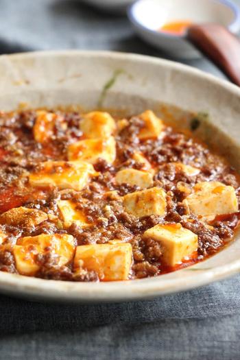 ピリッとした辛みとお肉の旨味で、ついご飯をおかわりしてしまう一品です。レンジで豆腐の水分を抜くことと、お肉をしっかり炒めることがポイント。あとは調味料を順番に入れていくだけで、本格的な麻婆豆腐ができあがります。