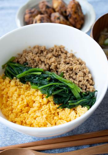 具材の甘辛い味わいがご飯にベストマッチ♪丼にすれば洗い物の手間も省けますね。そぼろを作る時は、菜箸を4本使ってしっかり混ぜるのがポイントです。好きな具材にアレンジしても良いですね。