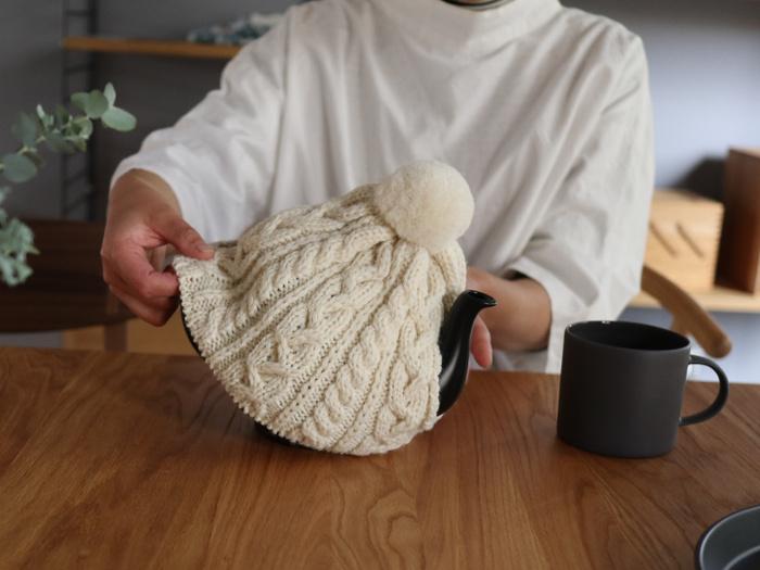 使い方は簡単で、ティーポットが隠れるようすっぽりと覆うだけ。ニット素材で伸縮性のあるものは、ポットの形に合わせてピッタリとフィットするので、いろいろなサイズや形に対応できおすすめ。寒い季節に使用すると、保温性に加えて季節感や温かみを演出できるので、ひとつ持っておくと重宝します。