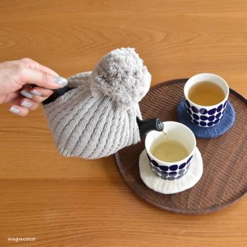細かく編み込まれた伸縮性のあるニット素材が、ティーポットのころんとしたフォルムを優しく包みます。ティーコージーを装着したままお茶を注げるから便利ですね。