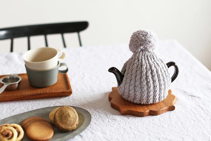 お茶を保温しておくという実用性はもちろんのこと、ティーコージー自体のデザインによって、ティータイムをより華やかに彩るという用途もあります。ティーポットのデザインやテーブルの雰囲気に合わせてコーディネートすると素敵ですね。いつものティータイムをもっと楽しむために、お好みのティーコージーを探してみてください。