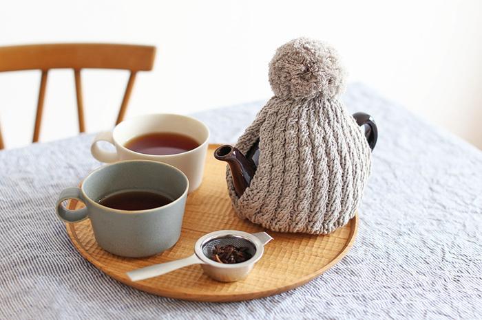東京で洋服や手編みのセーター、手袋などを制作している「amu.(アム)」の、ニットのティーコージー。一つ一つ心を込めて手編みでつくられたティーコージーは、ニットの素材感も相まって温かみのある印象です。