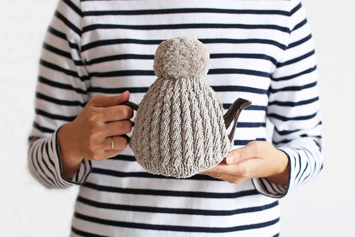 「la droguerie(ラ・ドログリー)」のコットンの糸を使用。コットンならではの柔らかな手触りと、細かく丁寧な編み柄にほっこりしますね。トップに付いているふわふわのポンポンがとってもキュートで、置いているだけでテーブルのアクセントになりそうです。