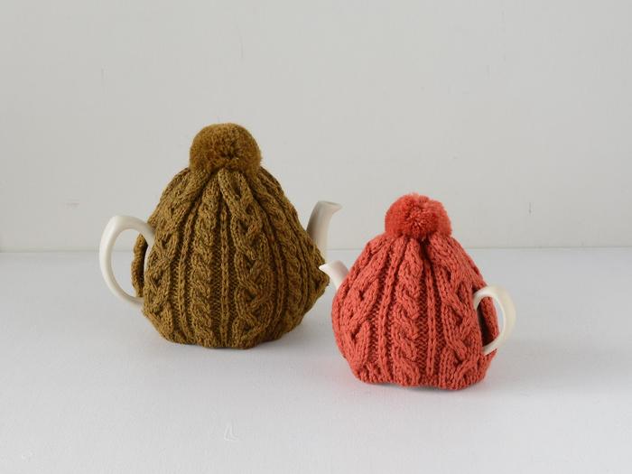 プライス&ケンジントンのティーポットにぴったりのサイズ。注ぎ口と取っ手の部分にスリットが入っていて、上からすっぽりかぶせるデザイン。ティーコージーをかぶせたまま紅茶を注げるのもうれしいポイントですね。左は6カップサイズで、右は2カップサイズ。