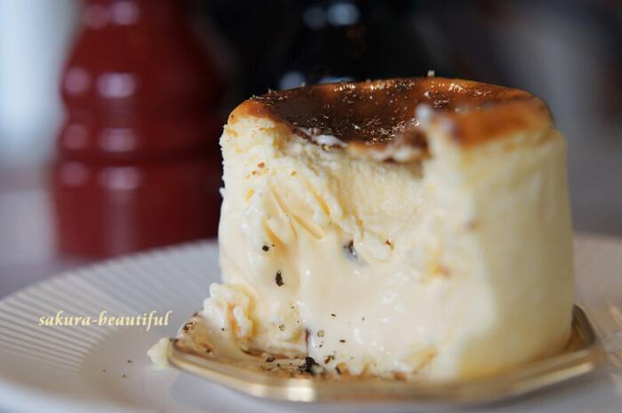 スペイン・バスク地方で食べられているというバスクチーズケーキは、表面にこんがりとした焼き色が付き、中はこんなにトロトロ!コーヒーや紅茶にはもちろん、大人が集まるときにはコショウをかけてワインのお供にも◎