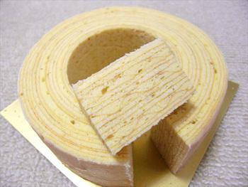 1895年にドイツ・ハノーファーで創業したバウムクーヘンの老舗「ホレンディッシェ・カカオシュトゥーベ」。シンプルな材料で作られた伝統的なバウムクーヘンは、しっとりと芳醇なバターの風味が。