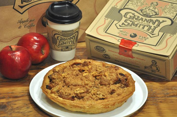 アップルパイ専門店「GRANNY SMITH APPLE PIE & COFFEE(グラニースミス アップルパイ アンド コーヒー)」のコンセプトは「おばあちゃんの味」。どこか懐かしい落ち着く味わいのアップルパイと、淹れたての美味しいコーヒーがいただけるお店。