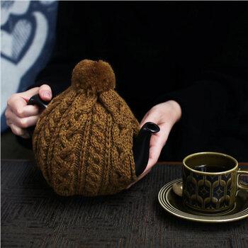 紅茶を冷めにくくしてくれて、テーブルを華やかに彩ってくれる「ティーコージー」。あまりなじみがないかもしれないけれど、使ってみると普段のティータイムがワンランクアップすること間違いなしです。