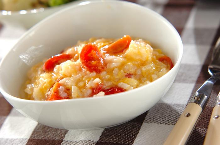 おかゆの仕上げにトロトロ卵とプチトマトを加えて。トマトの酸味と卵のまろやかさが絶妙なコンビネーション。彩りも華やかで気分が上がります。