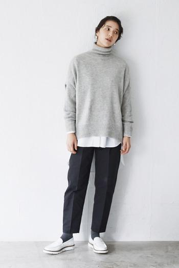 シンプルなタートルネックのインナーに、白シャツをプラス。  こちらのコーデは、靴とパンツ丈、そこから覗くソックスのバランス、タートルとシャツの裾のバランスもお見事。