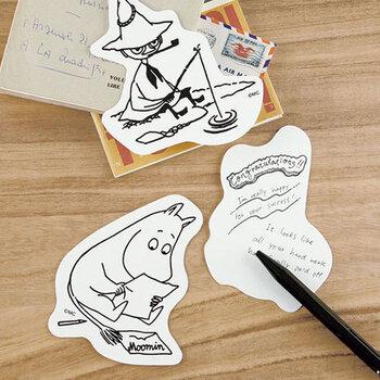 素朴で真っ白な厚紙に、ムーミンキャラクターが印刷されたメッセージカード。 ポストカードのように飾っても素敵ですね。