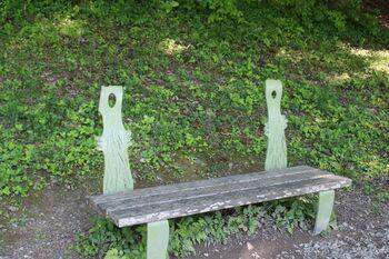 """公園内には可愛らしい""""ニョロニョロのベンチ""""などのキャラクターベンチもあり、自然に囲まれてのびのび気持ちよく過ごすことができますよ♪"""