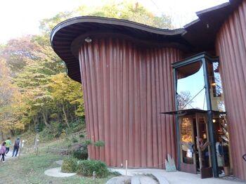 飯能産西川材の檜の丸太を使用して建てられた不思議な形をした2階建ての建物。内部ももちろん全て檜で作られています。
